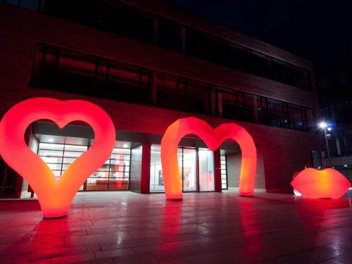 Aufblasbare Skulpturen zum Thema Liebe, Hochzeit: easyHEART, easyGATED1, easyKIS zum stellen oder hängen - Vermietung und Verkauf möglich