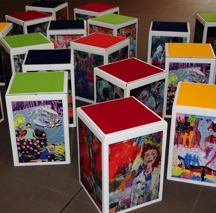 Papphocker mit Druck Digitaldruck vier Farben bunte individuelle Papphockerkönnen frei gestaltet werden oder mit dem eigenen Logo versehen werden