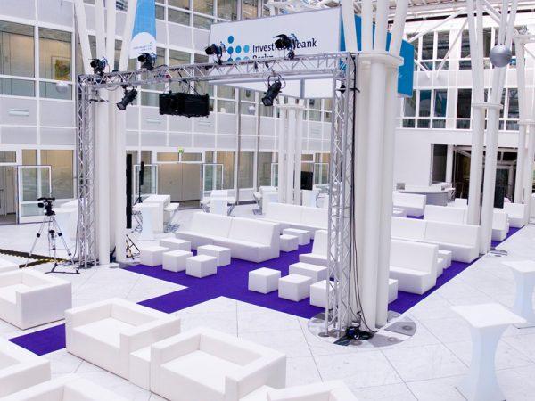 Loungemöbel modular weiss B1 mit Rückenlehne violetten Teppich
