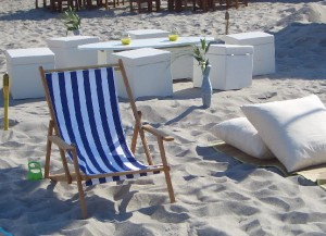 OutdoorLiegestuhl robusten Buchenholzarmlehnen und fröhlicher blau-weißer Stoffbespannung Vermietung