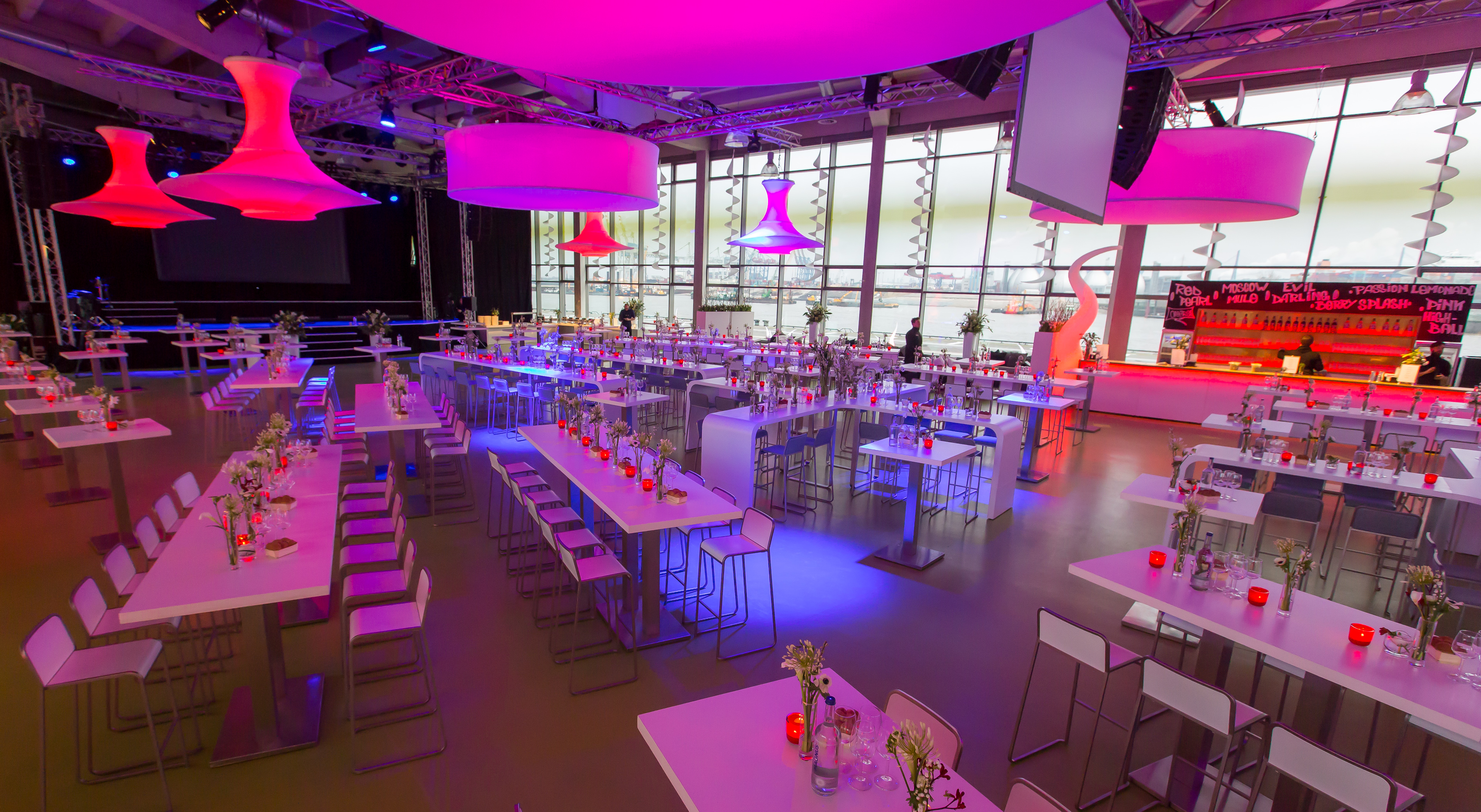 Hallendekoration: Stimmungsvolle LED Leuchtobjekte Disk3D und Bangkok-Säulen, leichte Curls (Wellen)