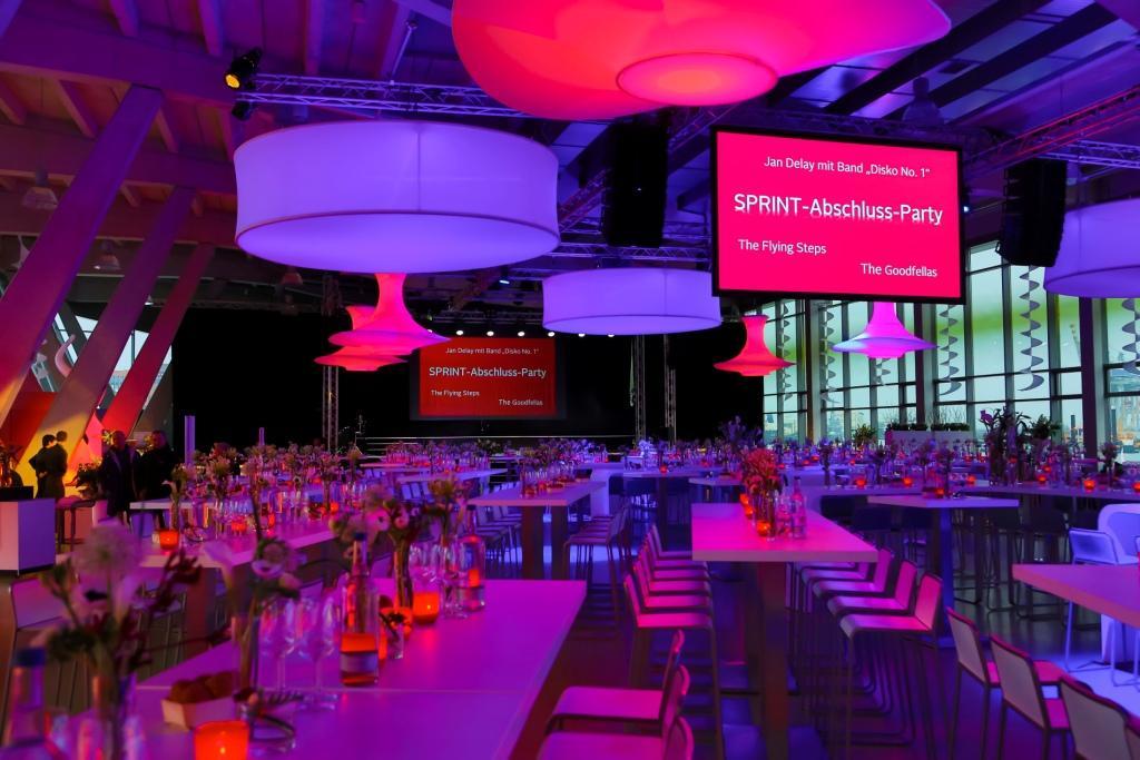 Hallendekoration: Stimmungsvolle LED Leuchtobjekte Disk3D und Bangkok-Säulen