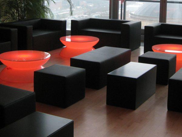 Blacklounge mit roten LED Loungetisch