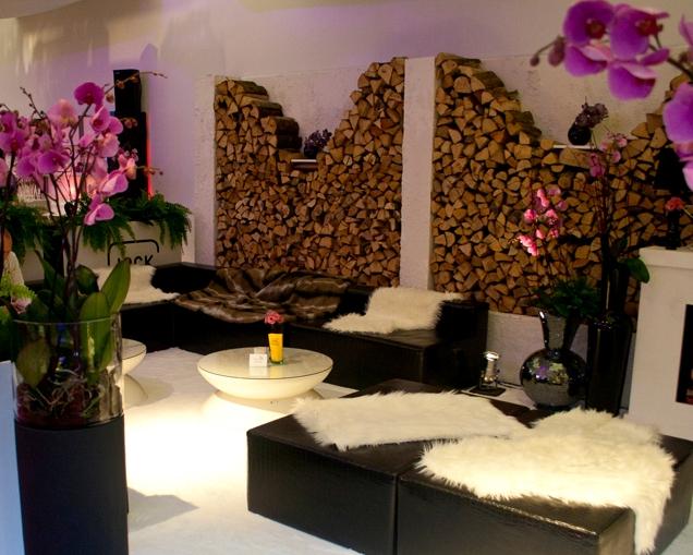 Moderne trifft Stall. Loungemöbel und urige Dekoration (Fell, Feuerholz uvm.)