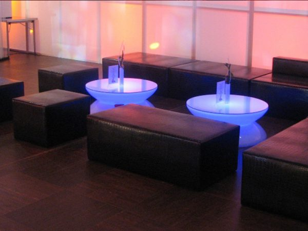 Glänzende Blacklounge mit violetten LED Loungetisch
