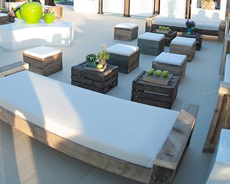 Rustikale Outdoorlounge Sitzbank und Sitzcube aus Holz mit Sitzpolster, Obstkiste, robust, Vermietung
