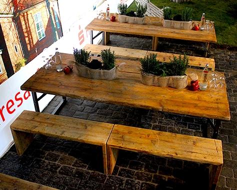 Rustikale Outdoorlounge kleine Sitzbank aus Holz ohne Sitzpolster,Bierbank und Biertisch, robust optimal Weihnachtsmarkt Vermietung