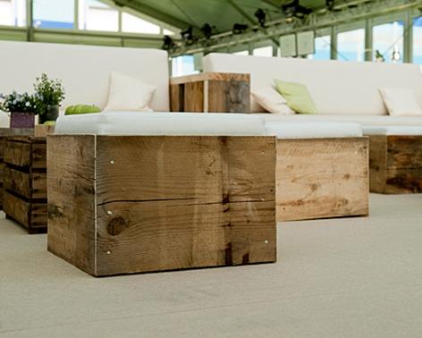 Rustikale Outdoorlounge Sitzwürfel Cube und Sofa mit Kissenaus Holz mit Sitzpolster, robust, Vermietung