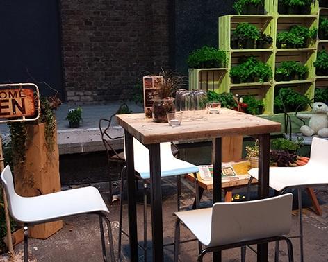 Rustikale Outdoorlounge Stehtisch aus Gerüstbohlen Holz mit weißen Barstühlen mit Rückenlehne, robust, Vermietung