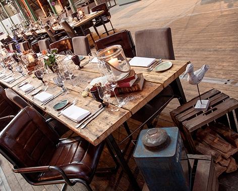 Rustikale Tisch Buffettisch aus Gerüstbohlen mit braunen Freischwingerstühlen aus Buffalo Leder, Vermietung