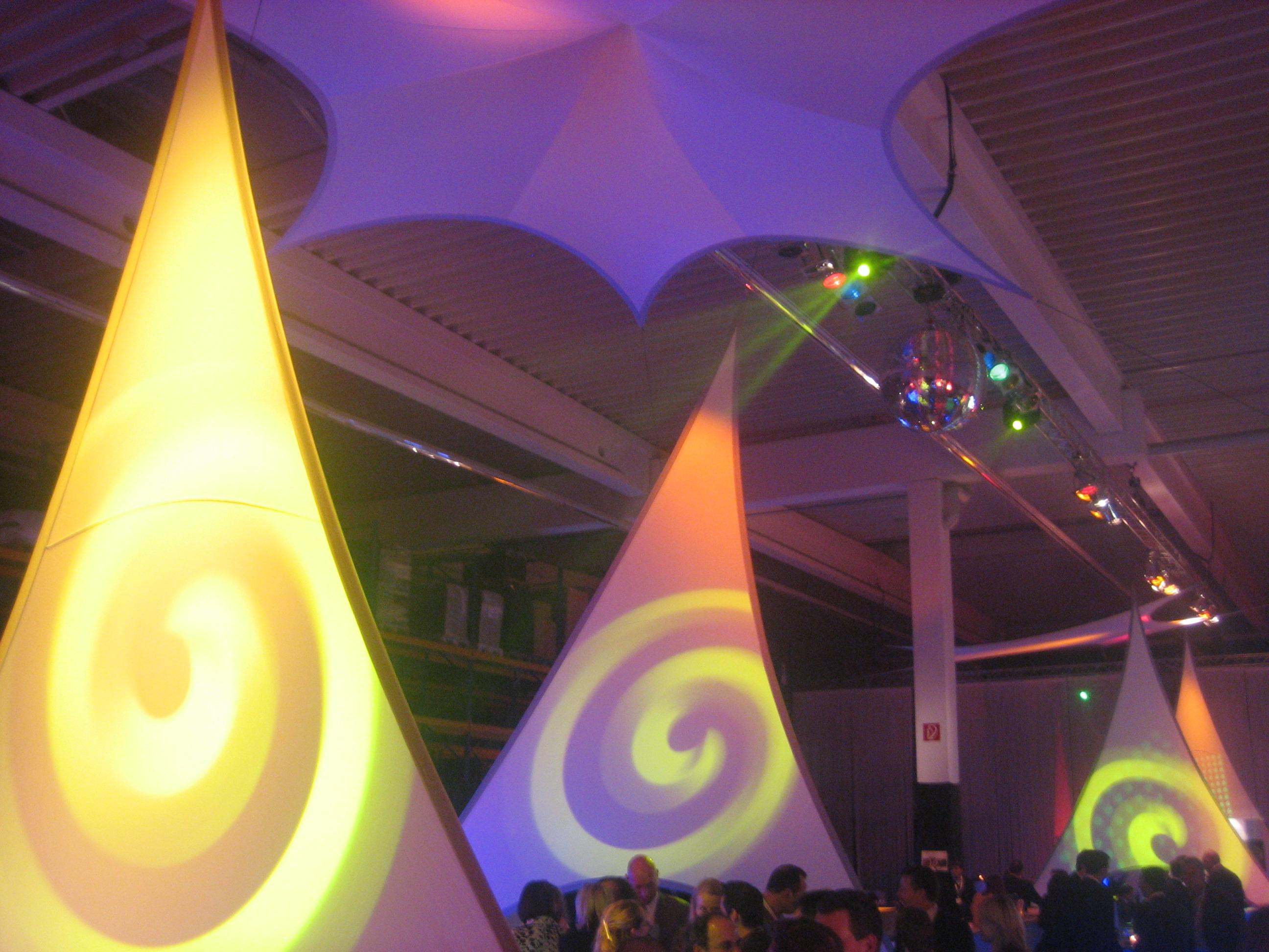 Projektionsfläche aus Stretchgewebe Polyamid, Elastan - 3Punkt-Stretchsegel - Indoor