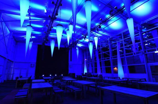 Aufblasbarer Lichtkegel hängen wie Eiszapfen von der Hallendecke: easy CONE zum stellen oder hängen - Vermietung und Verkauf möglich