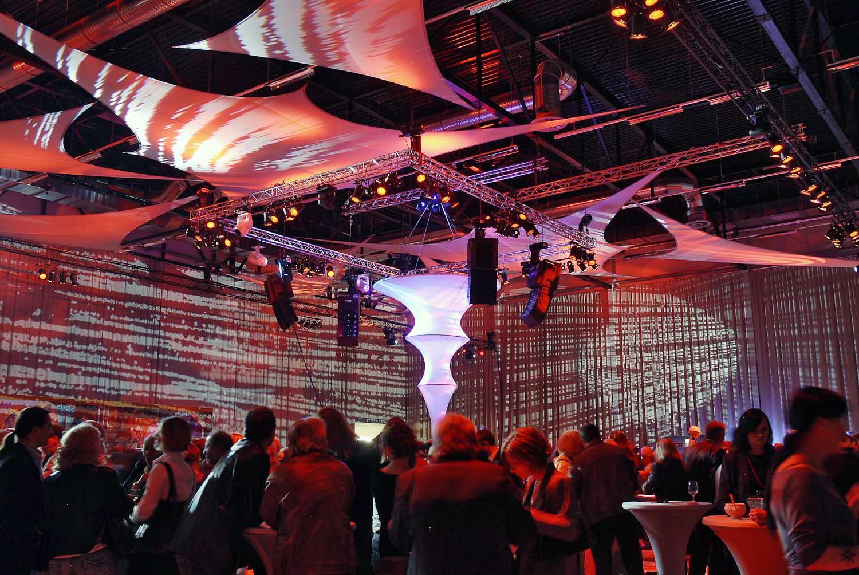 Projektionsfläche aus Stretchgewebe Polyamid, Elastan - 6Punkt-Stretchsegel VALENCIA- Indoor Deckensegel für Hallen und Säule Column SANSIBAR