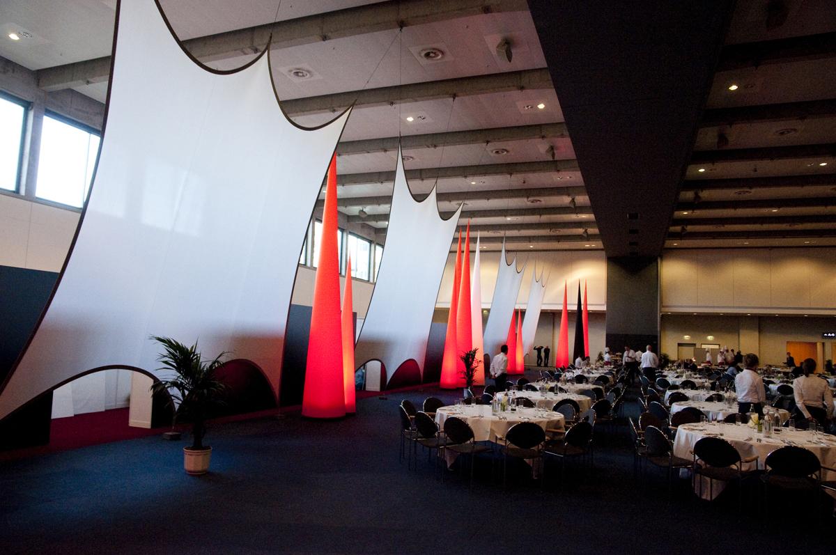 rojektionsflaeche aus Stretchgewebe Polyamid, Elastan - 6Punkt-Spannsegel HAMBURG und Aufblasbare CONE mit LED Licht- Indoor