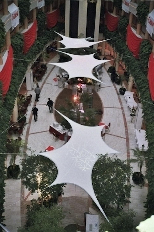 Projektionsfläche aus Stretchgewebe Polyamid, Elastan - 6Punkt-Stretchsegel GRANADA- Indoor Deckensegel für Hallen /Innenhöfe