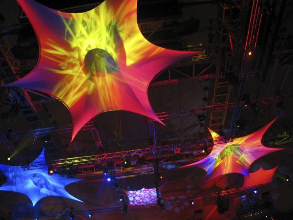Projektionsfläche aus Stretchgewebe Polyamid, Elastan - 6Punkt-Stretchsegel SEVILLA- Indoor Deckensegel für Hallen