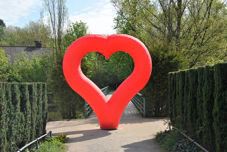 Aufblasbares Herz für Hochzeiten oder Firmenverschmelzungen: easyHEART zum stellen- Vermietung und Verkauf möglich