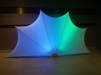 Muschelformiger oder fächerartiger Raumtrenner mit Beleuchtung einfach in der Montage - stehend oder hängend, Vermietung und Verkauf möglich