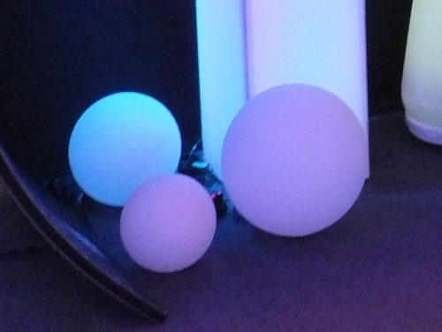 Feste LED Leuchtkugel mit Akkubetrieb, schwimmend, hängend oder liegend in der Vermietung und im Verkauf