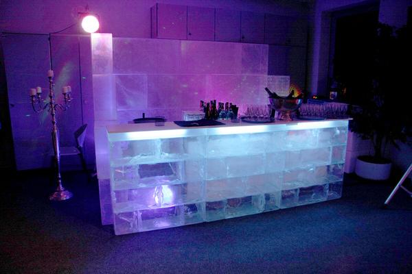 Acryleisbar mit Beleuchtung Rückwand in einer Eislounge Winterlandschaft Winteratmoshäre (c) Show World