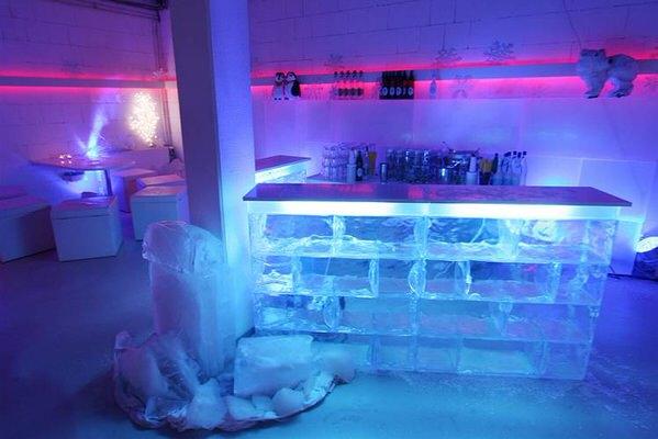 Acryleisbar mit Beleuchtung für Eislounge Winterlandschaft Winteratmoshäre (c) Show World
