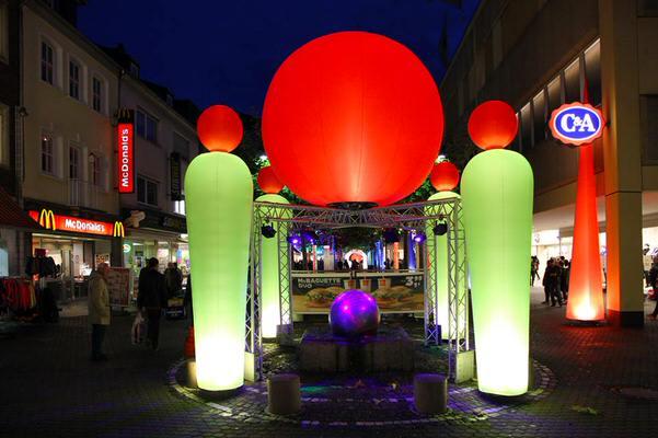 Aufblasbare Leuchtskulpturen mit Halogenlicht Meetingpoint airman und Leuchtkugel airglobe zur Miete oder Verkauf fuer Lichterfeste airlight