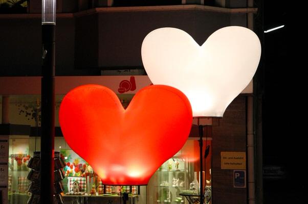 Leuchtskulptur zum Thema Liebe in Herzform-ALI
