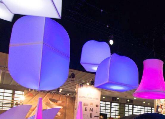 Deckendekoration_Halle_Decke_Beleuchtung_Skulptur_bunt_hängend_hms