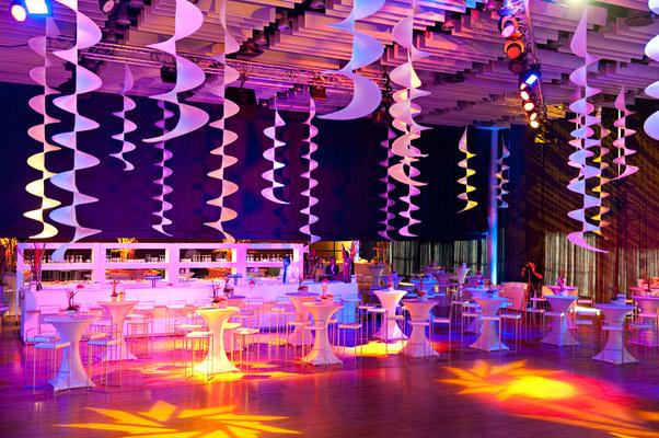 Deckendekoration_Halle_Decke_elegant_Hochzeit_einfach_Beleuchtung_Skulptur_gold_silber_leicht_schwebend_hängend_hms