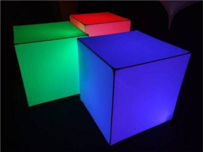 Deckendekoration_easy cube_Würfel_Skulptur_hängend_von_der_Decke_Halle_Gala_schwebend_beleuchtet