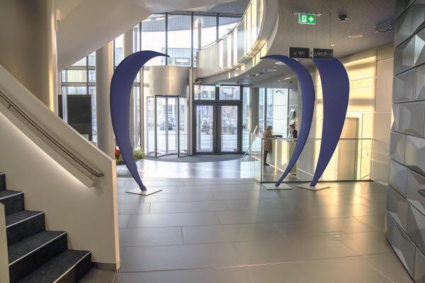 Skulptur_Blütenblatt_oder_Cobra_freistehend_blau_Eingangsbereich