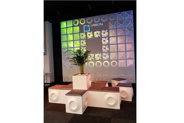 X-VISION Eventdekoration Projektionsfläche und Loungemobilar: Design PLANE MARBLE, PYRAMIDE, T-ROCK