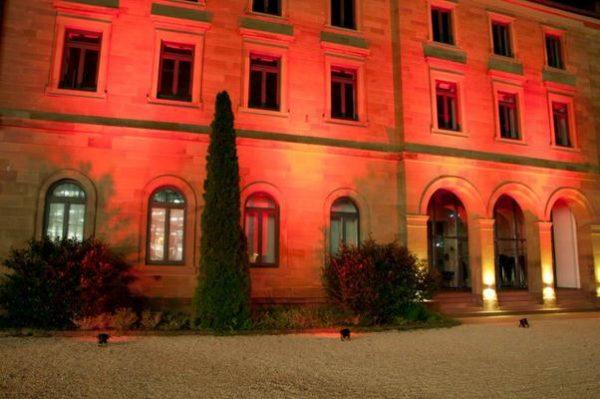 Bodenstrahler, Gebäude, rotes Licht, Ambiente, Fassaden-Beleuchtung, bei Nacht, schwarzer Scheinwerfer, Strahler, angestrahlt, Effektbeleuchtung, Agentur Rindle, hms