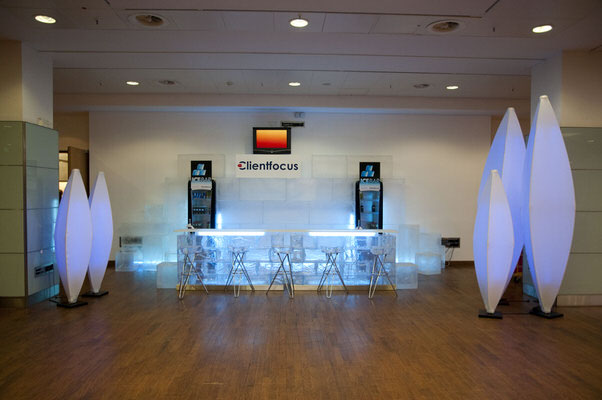 Ausstellung, stehend, Raumskulptur, Deckenskulptur, Beleuchtung, Tannenzapfen, blau, beleuchtet, Halle, Dekoration, Agentur Rindle, HMS