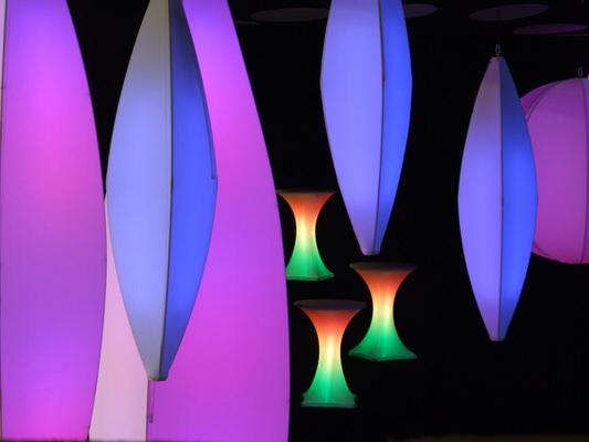 Deckenskulptur, Beleuchtung, Tannenzapfen, blau, lila, Halle, Dekoration, Agentur Rindle, HMS