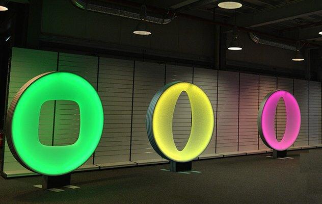 Beleuchtung in grün, gelb und pink, Runde Raumskulptur, Form in der Mitte, beleuchtbar, bedruckbar, Themendekoration, Bühnenbild, Decke, Indoor, Wand, Stretchstoff, easy Disk Shape, Agentur Rindle, hms