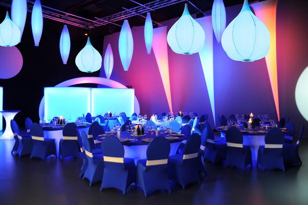 Arrangement, Dinner, Deckenskulptur, Beleuchtung, Tannenzapfen, blau, beleuchtet, Halle, Dekoration, Agentur Rindle, HMS