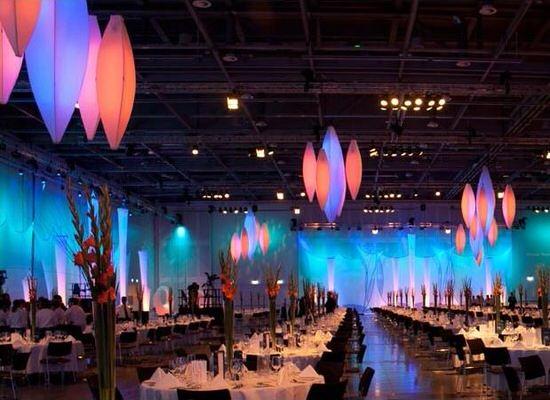 Arrangement, Gala, Event, Dinner, Deckenskulptur, Beleuchtung, blau, orange, rot, Tannenzapfen, blau, beleuchtet, Halle, Dekoration, Agentur Rindle, HMS