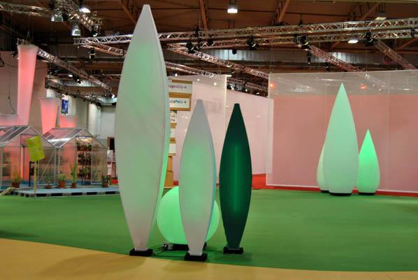 Ausstellung, stehend, Deckenskulptur, Beleuchtung, grün, Tannenzapfen, blau, beleuchtet, Halle, Dekoration, Agentur Rindle, HMS