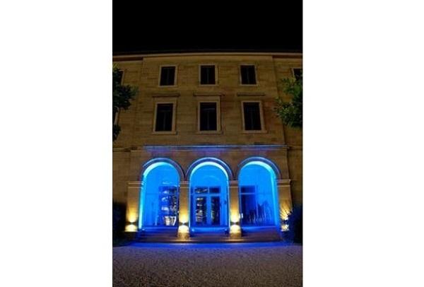 Gebäude, blaues Licht, Ambiente, Fassaden-Beleuchtung, schwarzer Scheinwerfer, Strahler, angestrahlt, Effektbeleuchtung, Agentur Rindle, hms