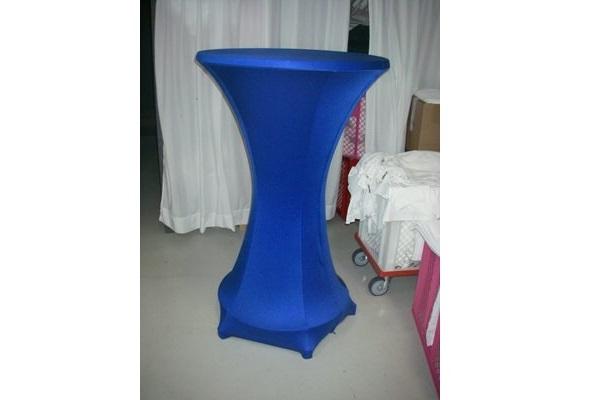 individuell konfigurierte Stretchhusse für Stehttisch mit fünf Füßen ohne Zipper in blau mit Ring individual easy cover Agentur Rindle hms