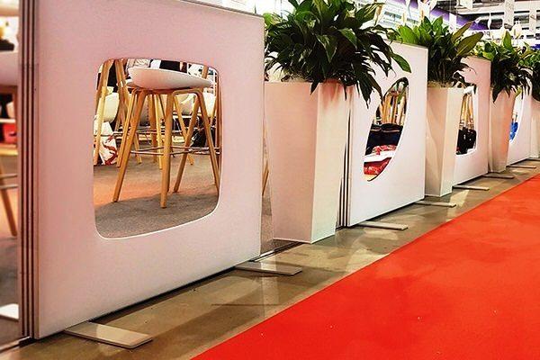 Roter Teppich, Deigner Lounge, freistehende, weiße Designer-Wandmodule, in Kombination mit Pflanzen, setzt Akzente, elegant gestaltete Wand für aufstellbare Wandsysteme im Veranstaltungsbereich Agentur Rindle hms