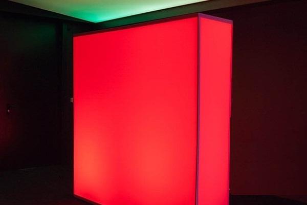 rot beleuchtetes Designer-Wandmodul, setzt Akzente vor dunklem Hintergrund, elegant gestaltete Wand für aufstellbare Wandsysteme im Veranstaltungsbereich Agentur Rindle hms