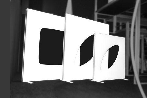 freistehendes, weißes Designer-Wandmodul, setzt Akzente, elegant gestaltete Wand für aufstellbare Wandsysteme im Veranstaltungsbereich Agentur Rindle hms