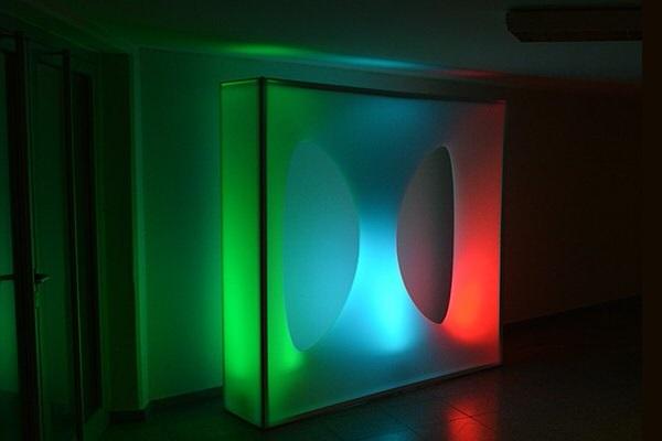 Beleuchtung Designer-Wandmodul, Lounge und Büro, setzt Akzente vor dunklem Hintergrund, elegant gestaltete Wand für aufstellbare Wandsysteme im Veranstaltungsbereich Agentur Rindle hms