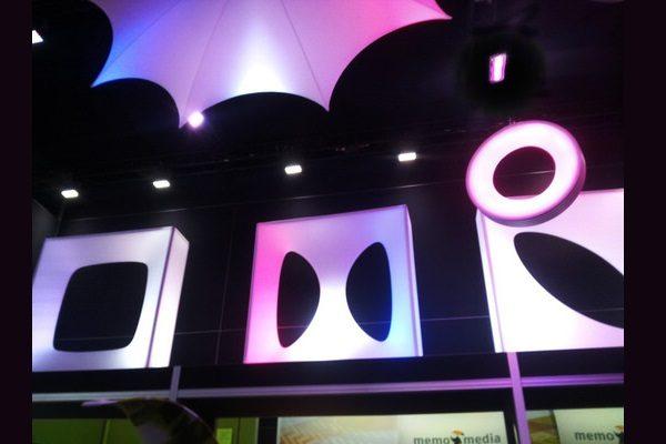beleuchtetes , buntes Designer-Wandmodul, setzt Akzente vor dunklem Hintergrund, elegant gestaltete Wand für aufstellbare Wandsysteme im Veranstaltungsbereich Agentur Rindle hms