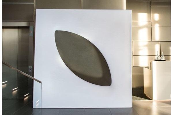 einzelnes, freistehendes, weißes Designer-Wandmodul, setzt Akzente, elegant gestaltete Wand für aufstellbare Wandsysteme im Veranstaltungsbereich Agentur Rindle hms
