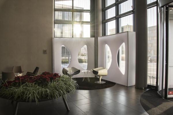 weiße Designer-Wandmodul, Lounge und Büro, setzt Akzente vor dunklem Hintergrund, elegant gestaltete Wand für aufstellbare Wandsysteme im Veranstaltungsbereich Agentur Rindle hms