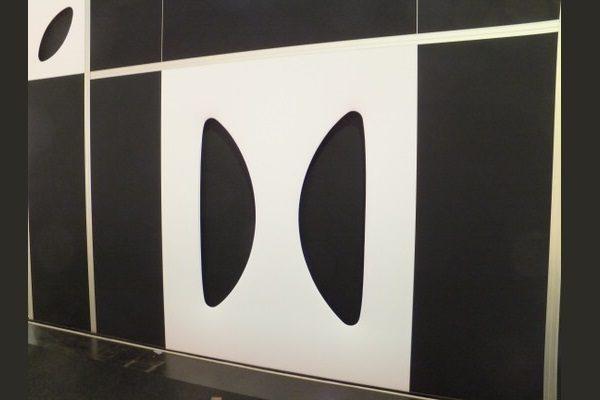 weißes Designer-Wandmodul, setzt Akzente, elegant gestaltete Wand für aufstellbare Wandsysteme im Veranstaltungsbereich Agentur Rindle hms