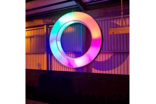 Agentur Rindle fliegender oder hängender easy donut Ring aus Aluminium und Stretchstoff mit bunter Beleuchtung als Eyecatcher hms